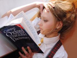 dziewczynka uczy się języka angielskiego